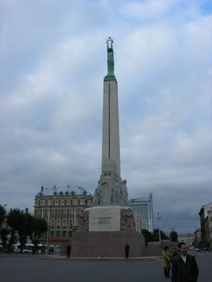 自由紀念碑,大字寫的是「祖國與自由」