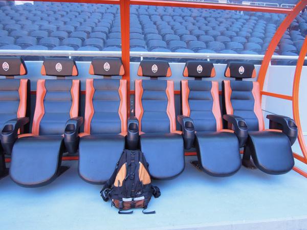 後備球員、教練和領導的坐席。我的背包跟薩克達的球衣顏色組合一致