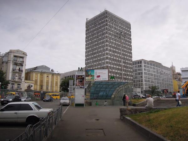 基輔地鐵體育宮站出口。黄色的建築物是猶太廟,我背向的是奧林匹克體育場