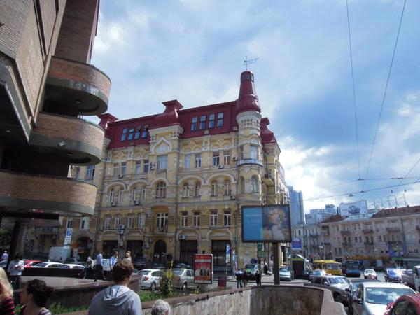 百年老樓,紅頂淺黃牆