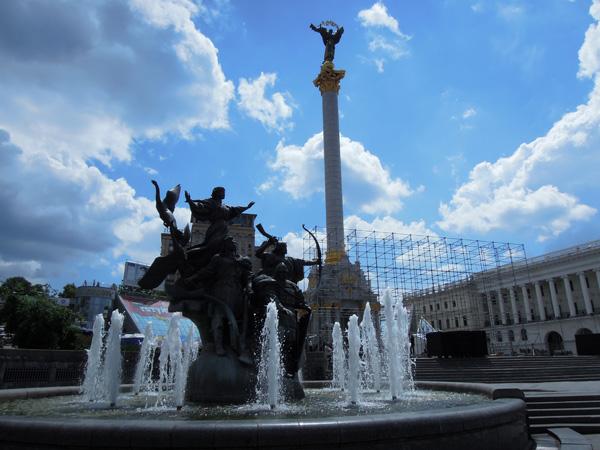 獨立廣場東邊。取景不夠好,烏克蘭酒店幾乎給三兄弟擋了
