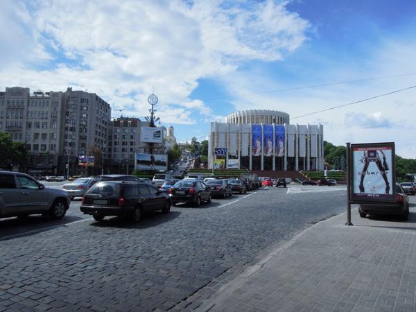 沒有廣場的歐羅巴廣場。右邊的白色建築物是烏克蘭樓