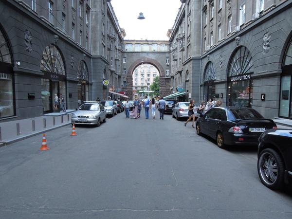 基輔過道。就算有名店,但白天也覺較尖沙咀廣東道寧靜